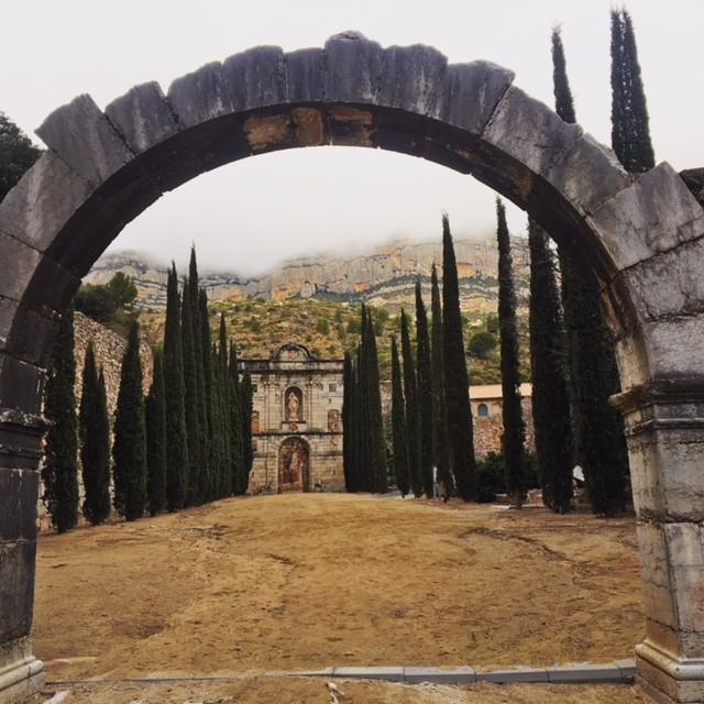 """深い霧に包まれたエスカラデイ修道院。""""プリオラートワインの始まりの場所""""、と言っても過言ではないだろう。"""
