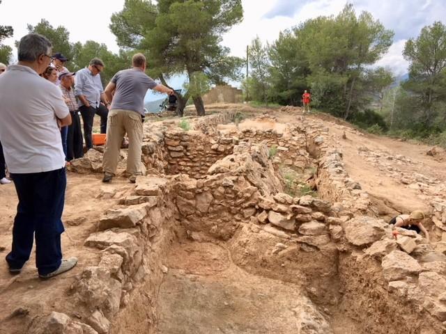 カルバリ遺跡の発掘を手掛ける、バルセロナ大学の考古学の教授のレクチャ−。